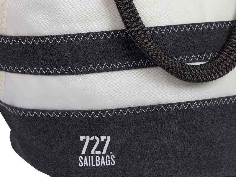 Sandy Tasche Dacron natur mit schwarzen Streifen mit Logo im Detail