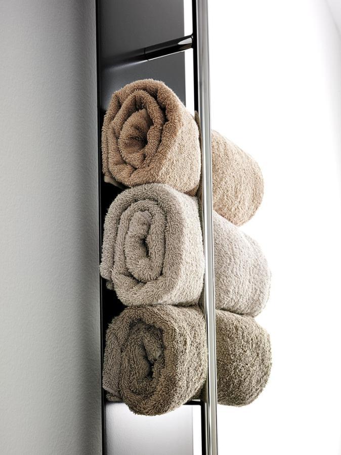 Antrax Design-Heizkörper TESO-V. Die gerollten Handtücher werden angenehm gewärmt oder getrocknet