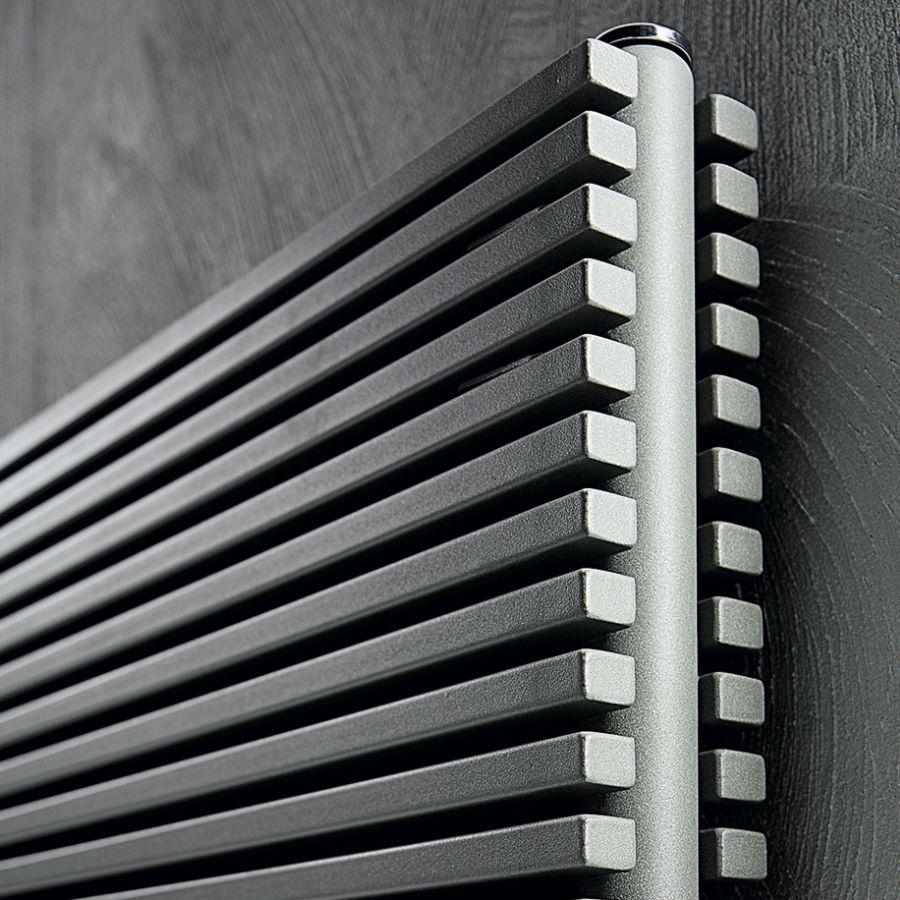 Design-Heizkörper TRIM, doppelreihig, horizontal aufgehängt, im Detail