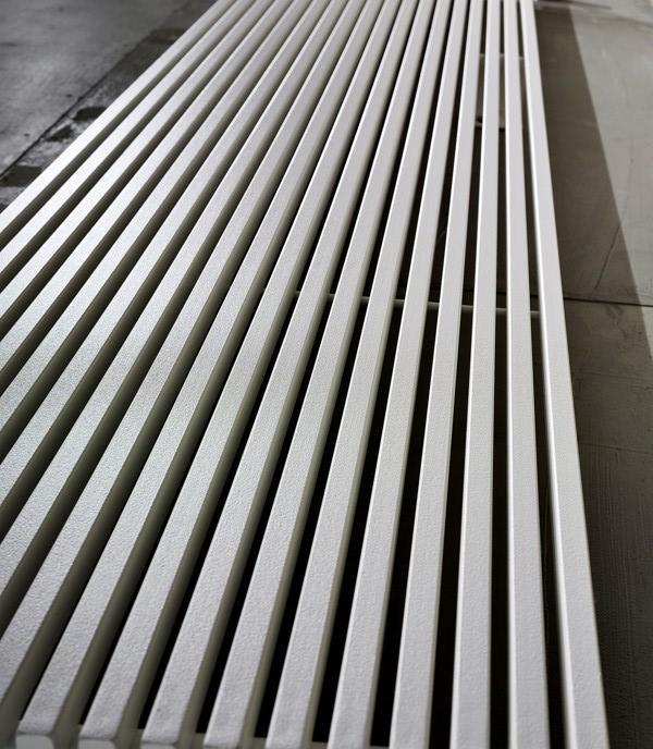 Aus dieser Perspektive ähnelt der Heizkörper TRIM V einer Fasade eines Wolkenkratzers