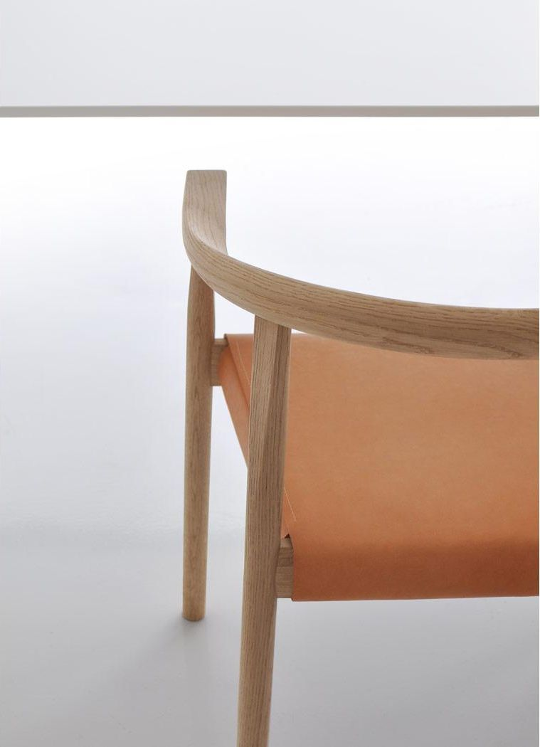 Die geschwungene Rückenlehne vom TOKYO Stuhl in Eiche mit Sitz Leder natur