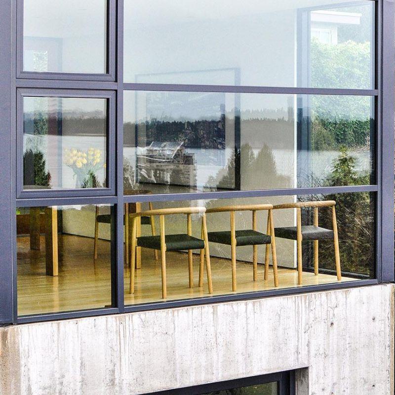 TOKYO Stuhl im Fenster, Ausführung Eiche mit schwarzem Leder