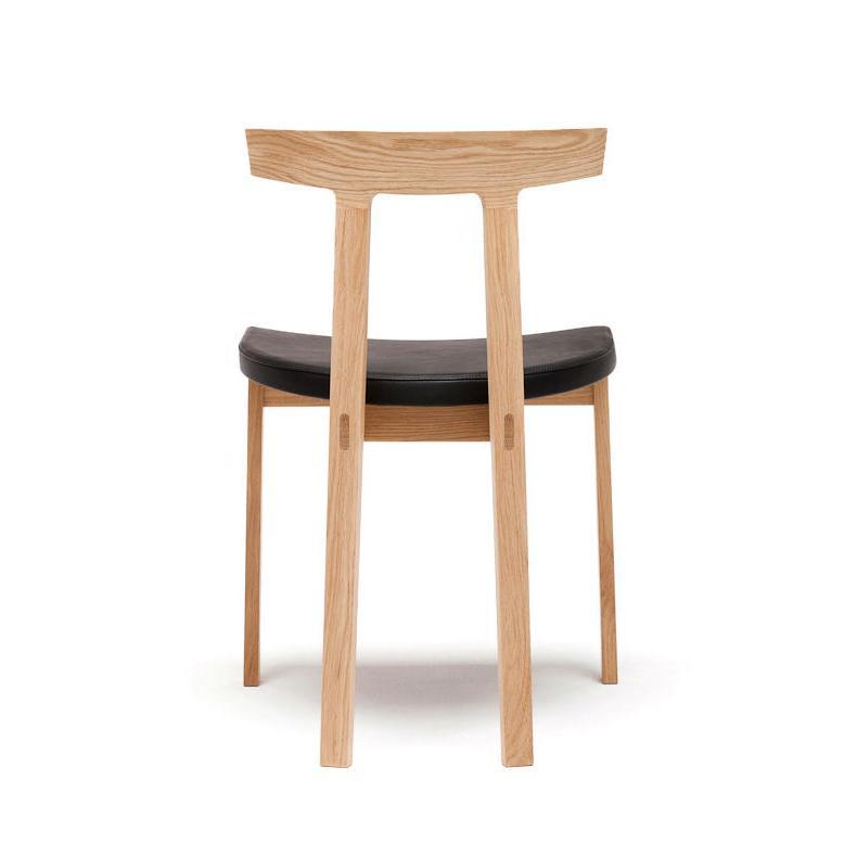 TORII Stuhl von hinten, Gestell Eiche weiß, Sitz Leder schwarz