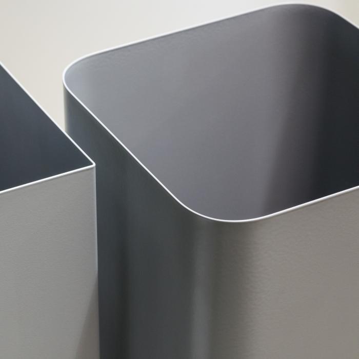 Detail vom FLOW Papierkorb in aluminiumgrau