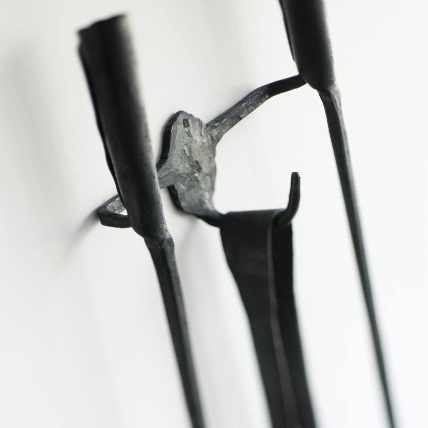 A Ferro E Fuocco Kaminbesteck mit Wandhalterung im Detail