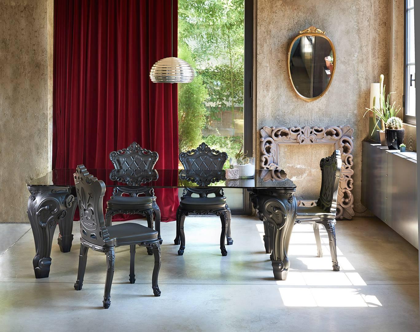 SIR OF LOVE Tisch schwarz, mit Glasplatte, umgeben von PRINCESS Stuhl