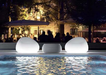 Zwei GUMBALL Gartensessel und ein T-Ball Tisch