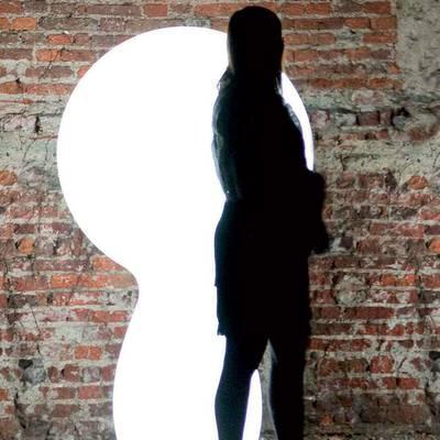 TRIM LIGHT Stehleuchte, mit Frau als Größenvergleich