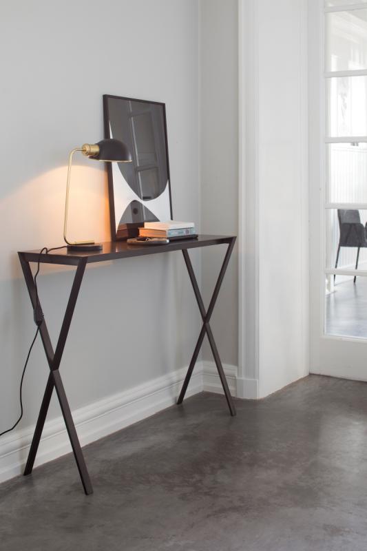 LAX Konsole Stahl 80 cm, die Hohe im Flur, mit Spiegel und Tischlampe dekoriert