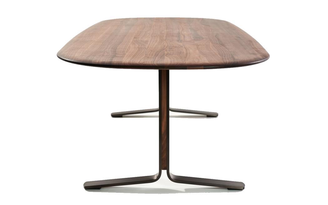 MOUNT Tisch mit ovaler Tischplatte