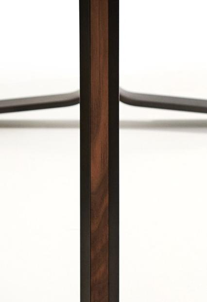 MOUNT Tisch Detail der Holzeinlage im Gestell