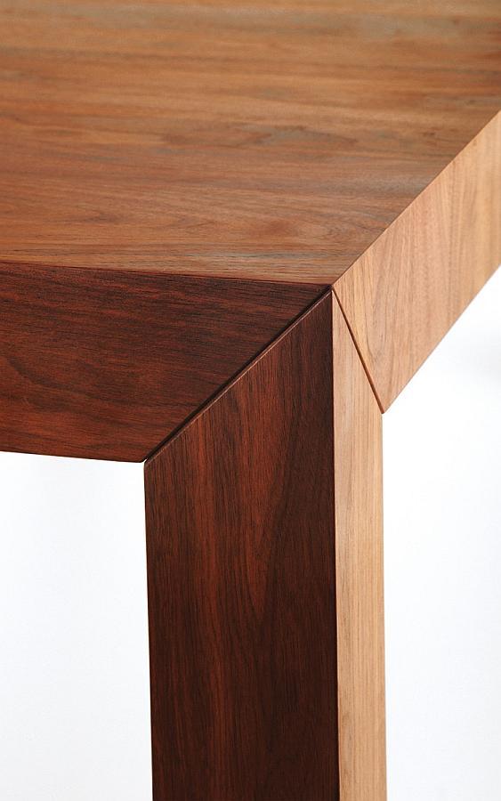 VOLTA Tisch im Detail die Verbindung von Fuß zu Platte
