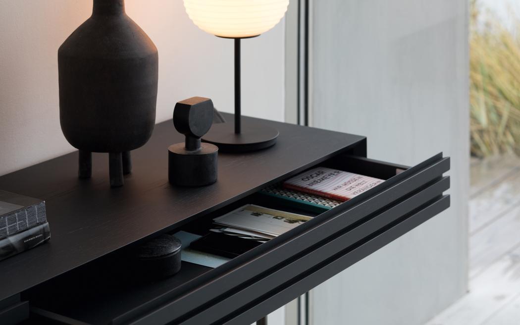 HARRI Konsole mit geöffneter Schublade