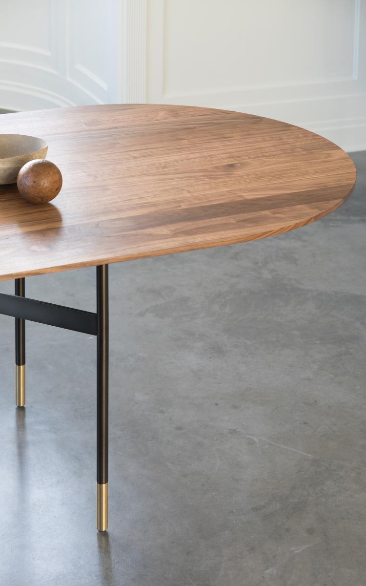 HARRI Tisch mit handgeschliffenen runden Ecken und Messing-Applikation in den Beinen