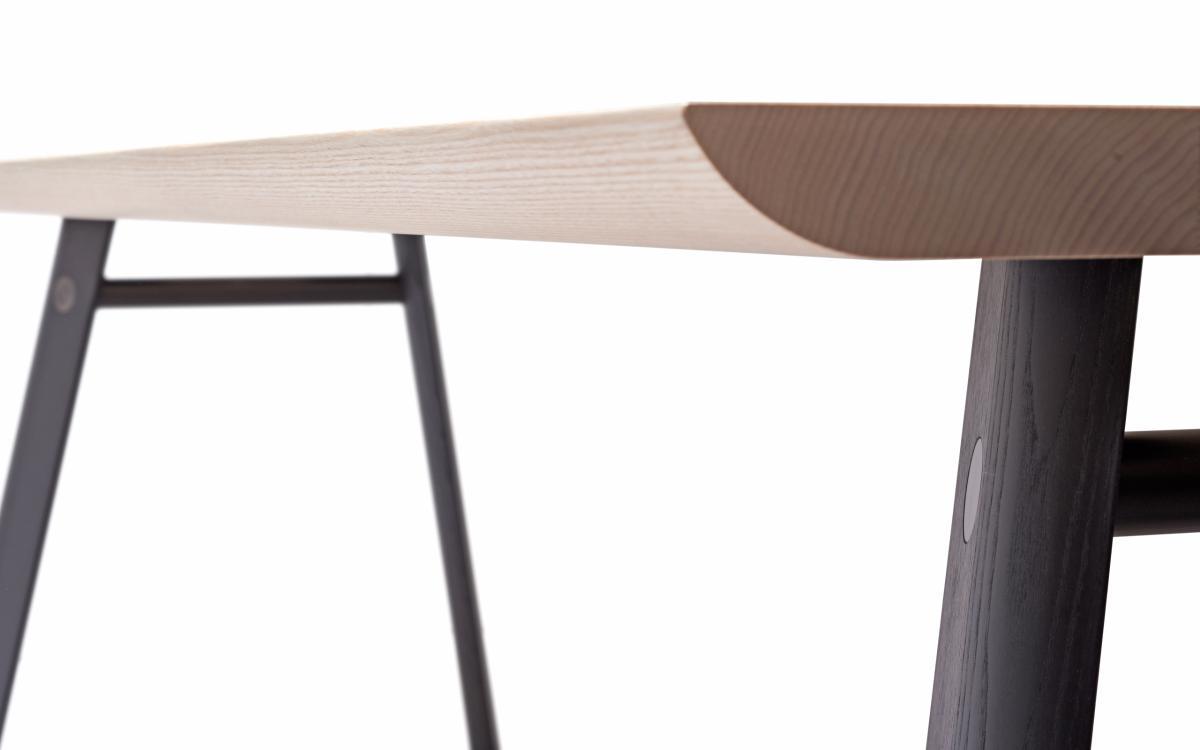 P68 Tisch / Esstisch, mit eleganten Rundungen