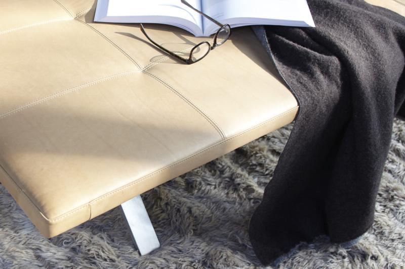 LAX Daybed Ausführung Leder im Detail, mit Gestell aus Edelstahl