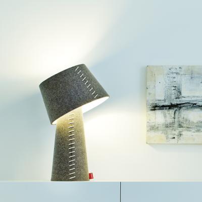 ALICE Tischleuchte gekippt mit ESL-Beleuchtung