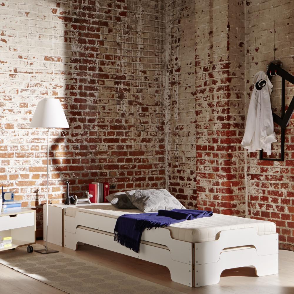 Wohnbeispiel Stapelliege von Rolf Heide, hier in weiß mit Holzkante, Matratzen und Nachttisch