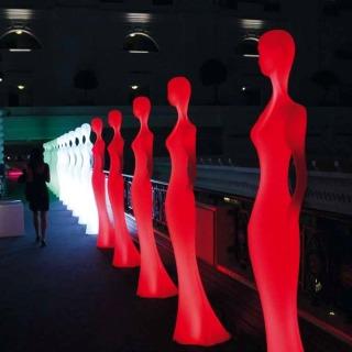 PENELOPE Statue beleuchtet rot