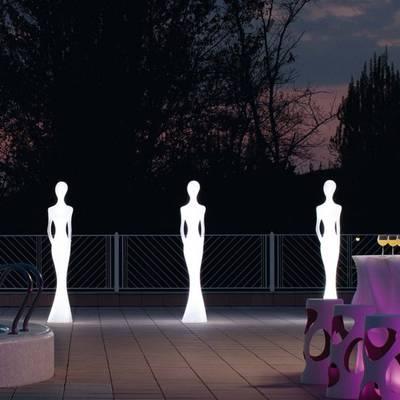 PENELOPE Statue beleuchtet warmweiß im Garten
