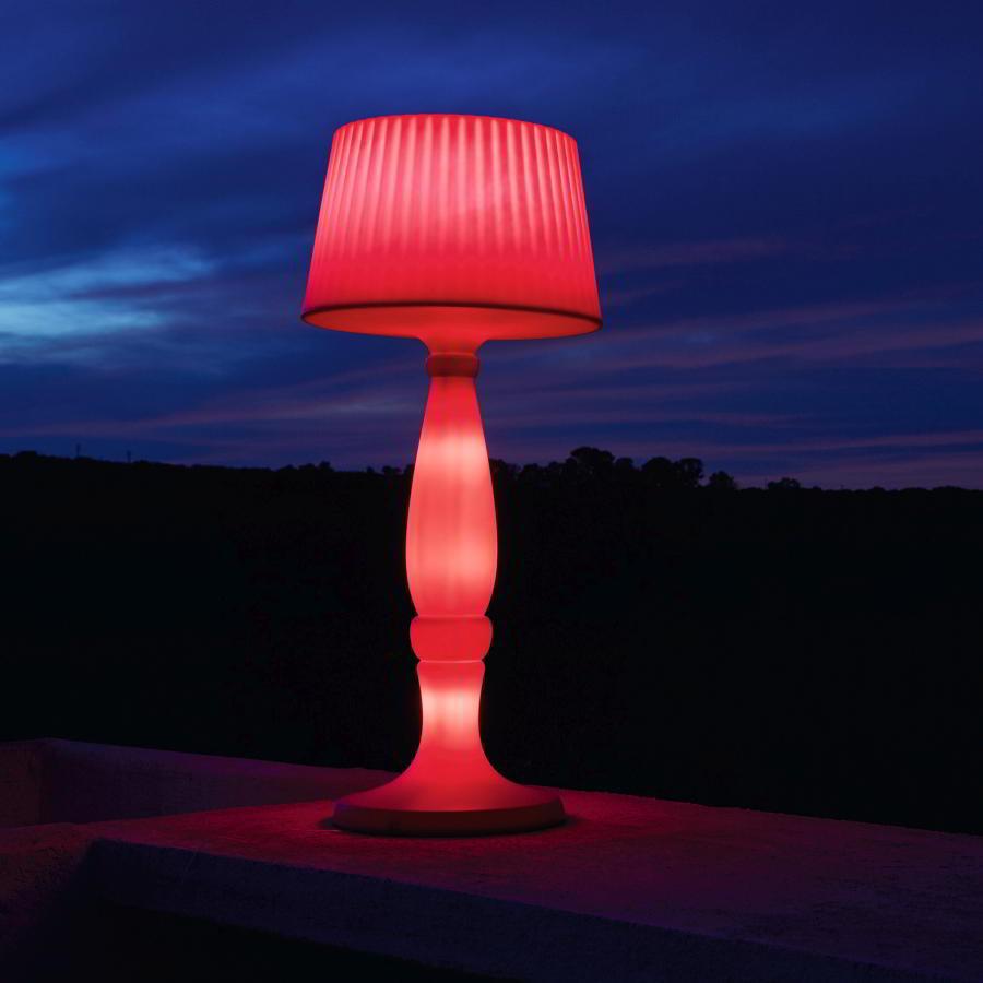 AGATA Stehleuchte effektvoll in rot beleuchtet durch 5 LED Funk-Glühbirnen