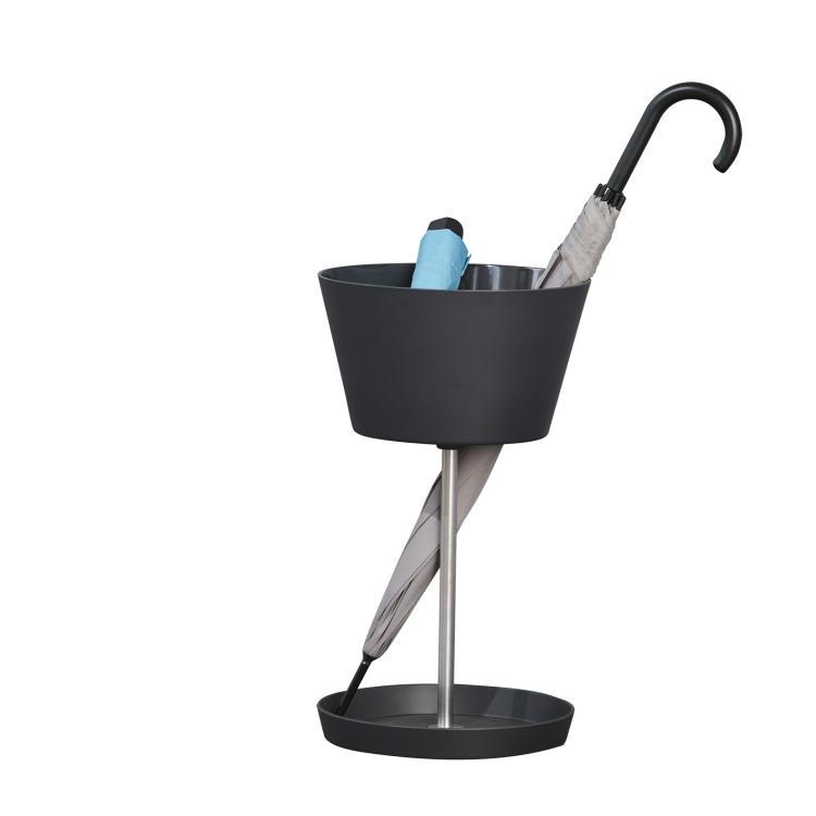 BASKET Schirmständer bestückt mit Stockschirm und Taschenschirm