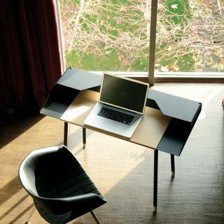 MISS MONEYPENNY Schreibtisch schwarz mit Laptop