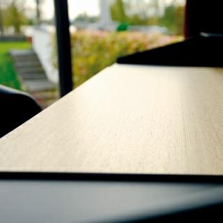 Arbeitsfläche aus Holz in der Winkelansicht