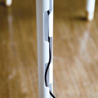 Kabelführung durch das Tischbein