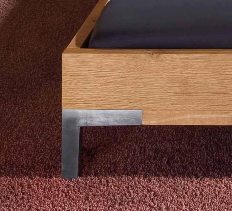 CORSO Bett Eiche mit Detail vom Fuß