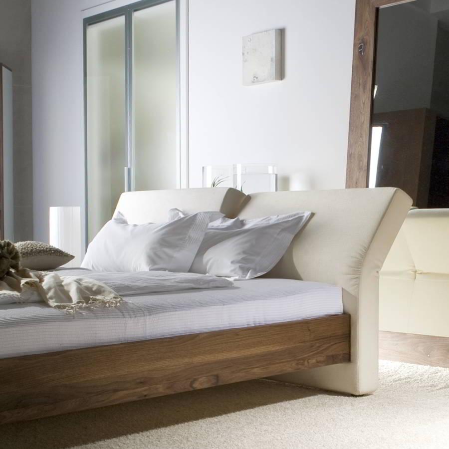 CORSO Bett in astigem Nussbaum und Detail von der Rückenlehne