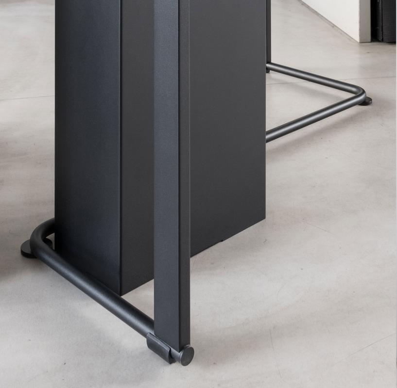 ANGLE Garderobenständer Detail Fuß