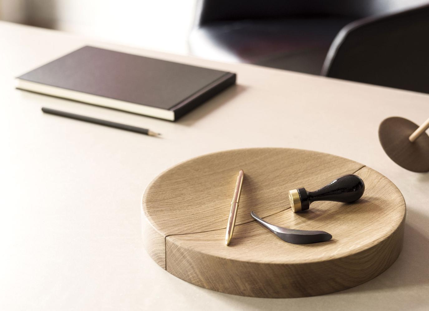 Die SPLIT BOWL ist eine Holzschale aus zwei Teilen, die unterschiedlich geordnet werden können. Ausführung Eiche natur