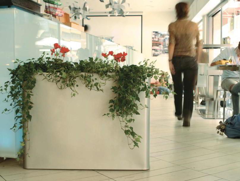 VASO Pflanzkübel beleuchtet, als Wegbegrenzung in einer Kantine