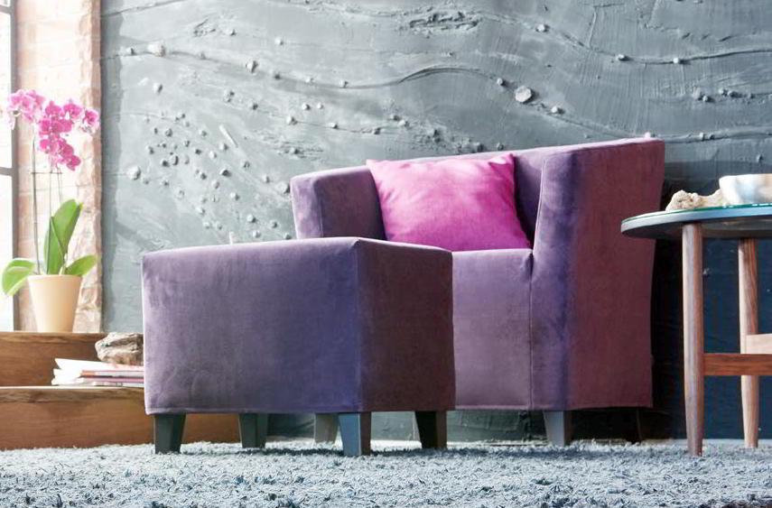 CAMILLA Sessel und der passende Hocker in violettem Stoff bezogen