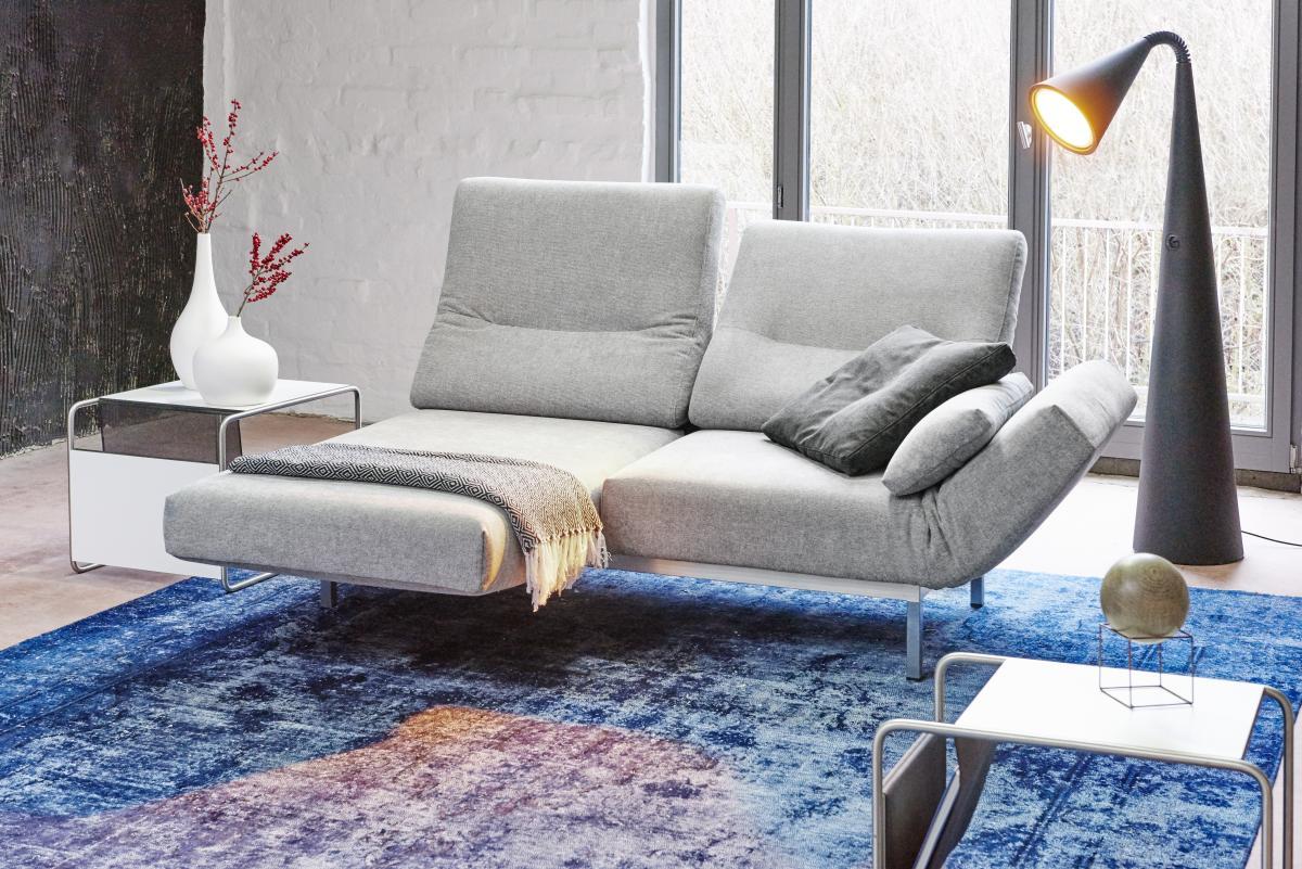 CHIMBA Sofa 2-sitzig, rechter Sitz nach vorne gedreht, Gestell Edelstahl, rechts ein Seitenkissen und ein Seitenbodenkissen