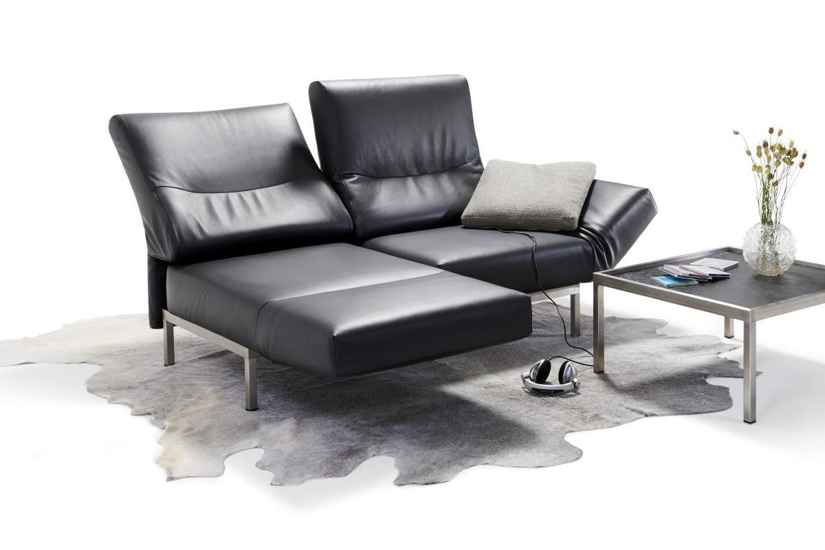 CHIMBA Sofa 2-sitzig, Leder, linke Seite nach vorne gedreht, rechts mit Seitenbodenkissen, Gestell Edelstahl