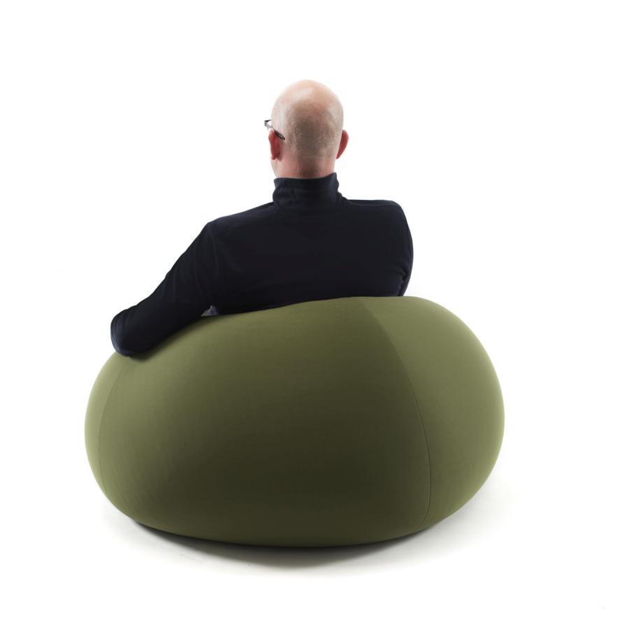 Der Sessel Apfel, der sich dem Körper anpasst und danach wieder in seine Apfel-Form zurückfindet