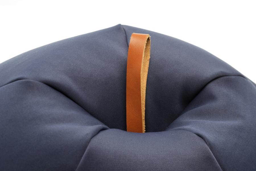 Details der Leder-Schlaufe von den Soft Shell Sesseln Apfel und Pflaume