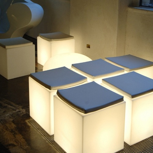 CUBO Leuchtwürfel 40 als Sitzgelgenheit