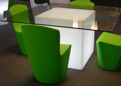 CUBO Leuchtwürfel 75 als akzentvoller Tisch