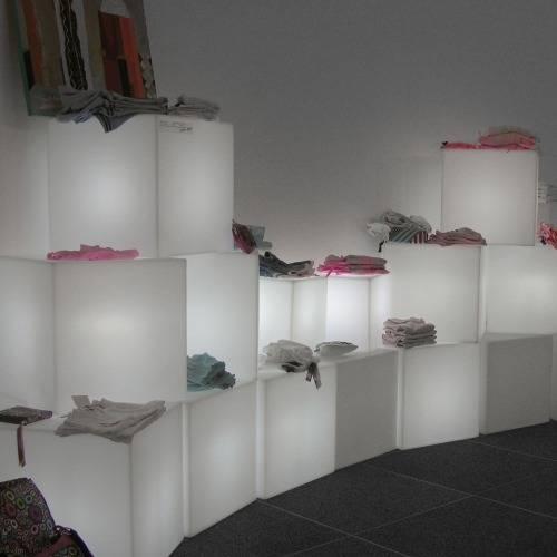 CUBO Leuchtwürfel im Kleiderladen