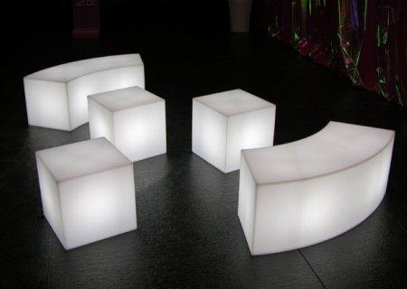 SNAKE beleuchtetes Sitzelement mit CUBO Sitzwürfeln