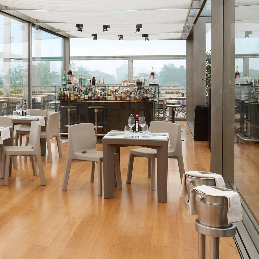 Q4 Stuhl in milchweiß mit Tisch GINO