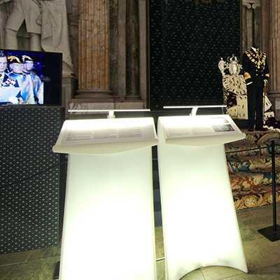 SWISH Stehpult beleuchtet weiß, im Konzertsaal