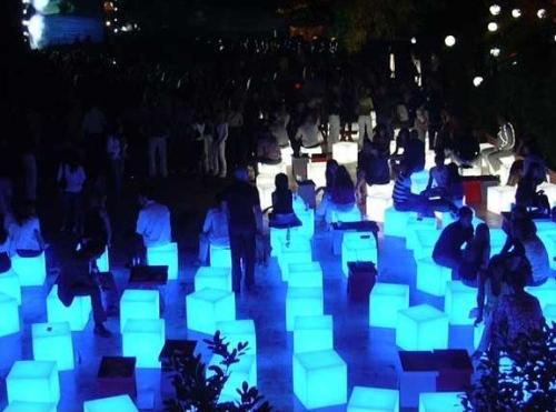 CUBO Leuchtwürfel auf einer Massenveranstaltung