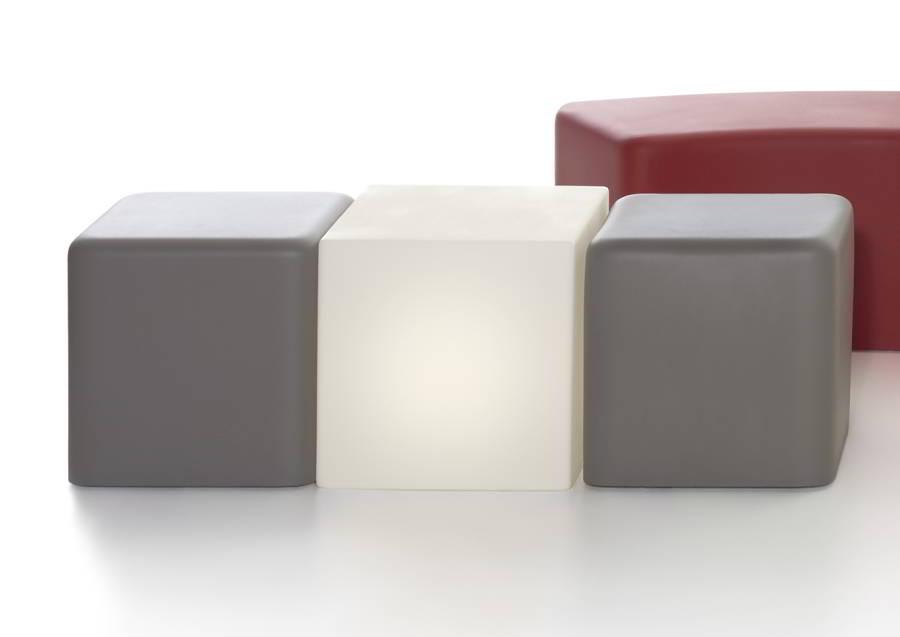 SOFT CUBO Hocker in argil-grau kombiniert mit dem CUBO Hocker beleuchtet