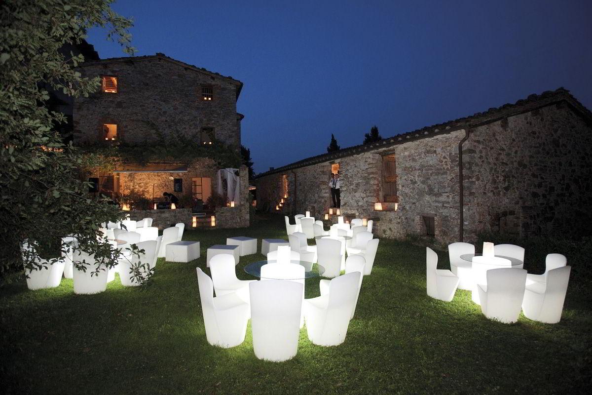 ARTHUR beleuchteter Tisch im Schlosshof