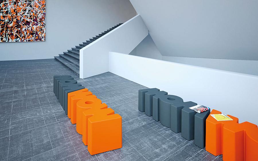 WOW Bank gedreht nebeneinander ergeben eine gerade Reihe, hier orange und dunkelgrau