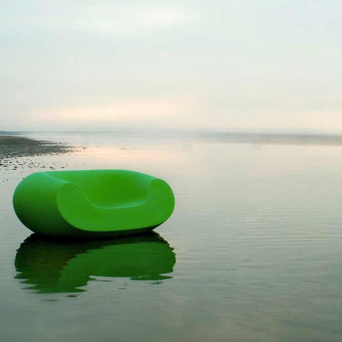 CHUBBY Sessel grün, auf dem See schwimmend